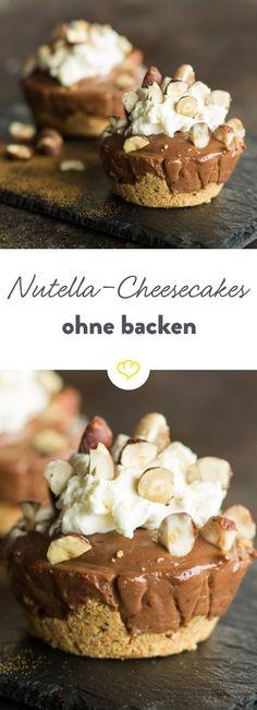 Sehen sie nicht hübsch aus die Kleinen? Die fluffige Creme aus Nutella und Frischkäse macht sich einfach gut auf dem nussigen Keksboden. Und das Beste: Diese kleinen Kunstwerke brauchen weder Ofen noch Springform, sondern lediglich ein ruhiges Plätzchen im Kühlschrank.