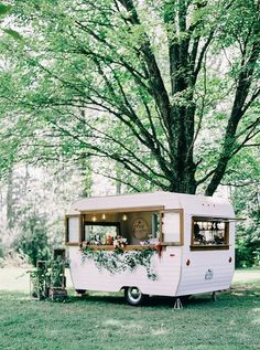 Caravan 338262622013123901 - Romantic & Elegant Grace Kelly Inspired Shoot from Aisle Society, David's Bridal and Nikki Santerre Photography – United With Love Mobile Bar, Vintage Caravans, Vintage Trailers, Vintage Campers, Foodtrucks Ideas, Mein Café, Caravan Bar, Caravan Ideas, Food Truck Wedding
