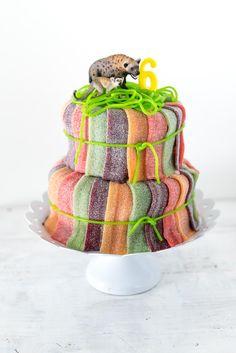 sauer macht lustig! zitronengeburtstagskuchen mit super-saurer-süssis-deko und zwei wilden haudegen on top