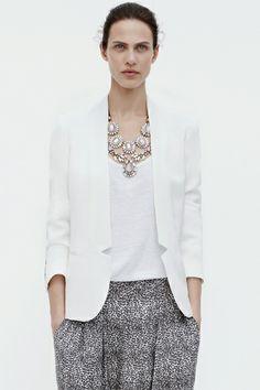 Als je een slank onderlijf hebt, is een broek of rok met print een topper. Kies dan voor je  bovenstukken sobere kleuren die je nog opleukt met een mooie halsketting.