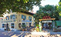 So traditionell wie das Wirtshaus ist auch der Biergarten des Schwabenbräus in Bad Reichenhall! Unter alten Kastanienbäumen sorgen schattige Plätze für gemütliche, schöne Stunden mit Familie und Freunden. 250 Sitzplätze sorgen im Sommer für Urlaubsstimmung und Geselligkeit.