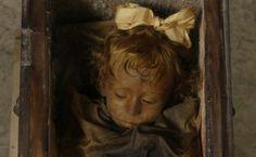 El cuerpo de Rosalía Lombardo, una niña momificada en 1920, tras morir a causa de una neumonía cuando tenía dos años, permanece en las Catacumbas de los Capuchinos de Palermo, al sur de Italia. Lo curioso de su estado es que abre y cierra los ojos todos los días.