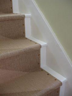 Vloerbedekking/traploper op de trap net even anders. Ook mooi met de nagels ipv die roedes