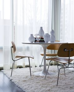 The perfect match. Scandinavian designs paired with classic Eames chairs just seem to be so pleasing to the eye. In the picture above the Saarinen Tulip Table and Eames DCM Chairs are tied together perfectly using a Flokati rug. Saarinen Tisch, Mesa Saarinen, Saarinen Table, Eames Chairs, Dining Chairs, Wood Chairs, Dining Area, Eames Dining, Plywood Chair