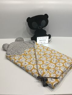 Diy Crafts Patchwork Patchwork Bebe Diy Crafts 511369732691952786 P Baby Sewing Projects, Sewing For Kids, Diy For Kids, Diy Pencil, Diy Bebe, Diy Baby Gifts, Baby Boy Quilts, Baby Couture, Balloon Wall