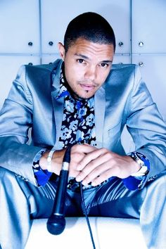 This guy is so funny and love his accent. Pretty People, Beautiful People, Trevor Noah, Funny Pictures Can't Stop Laughing, Preppy Men, Neo Soul, People Laughing, Fashion Night, Man Candy