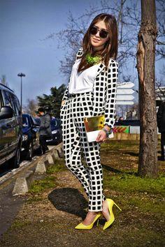 Business Frauen-Anzug mit schwarzen Quadraten.