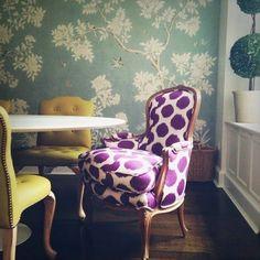 innendesign ideen attraktiver stuhl in violett farbe gelbe stühle