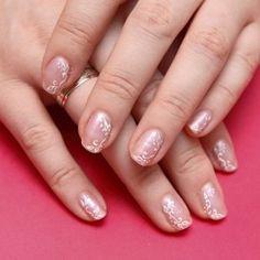 Iti propunem aceste unghii simple, pictate, perfecte pentru zilele de vara. Acest model de unghii il poti purta cu usurinta la orice tinuta....
