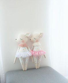 Die beiden findet ihr jetzt im Shop ✨ . . . . #olialemon #dawanda #stofftier #biobaumwolle #handmade #diy #kids #kidsinterior #sewing #doll #Kinderzimmer #tutu #ballerina #ballet #girl #mädchen #nähen #sewing #design #crochet #limited #Etsy #kinder #dollmakers #polkadot