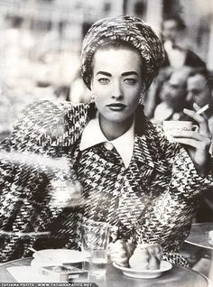 The sartorial sophistication of HOUNDSTOOTH through the ages. Take some dressing inspiration for this autumn season. POST PHOTO: Tatjana Patitz, French Vogue, Cafe de Flore, Paris, Photo: Peter Lindbergh SEE MY POST: Houndstooth Peter Lindbergh, Tatjana Patitz, Glamour Movie, Trump Models, Women Smoking, Professional Women, Casual Street Style, Beautiful Models, Vogue Paris