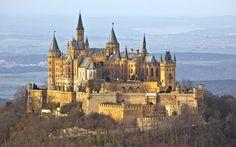 Burg Hohenzollern, Alemanha. Construído sobre colina a 855 m de altura, foi uma homenagem de Frederico Guilherme IV, rei da Prússia, à dinastia