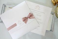 Convite clássico, convite Rose, convite com laço ::: ESPECIFICAÇÕES ::: Impressão: Digital Envelope: Papel Concetto Metallo Bianco 250g Convite interno: Papel Aspen 180g (Caso prefira um papel mais firme, peça pelo papel com o gramatura de 240g, o acréscimo será de R$ 0,25 por unidade). Acabamento: Faixa em papel es... Personalised Wedding Invitations, Pink Wedding Invitations, Beautiful Wedding Invitations, Wedding Stationary, Wedding Prints, Floral Wedding, Invitation Card Design, Invitation Cards, Wedding Cards