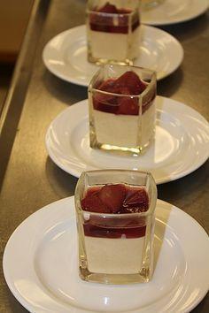 Weißes Lebkuchenmousse mit Glühweinbirnen