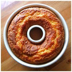 Essa receita de bolo de fubá simples é muito fácil e rápida de preparar e resulta num bolo fofinho e delicioso. Perfeito com um café.