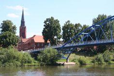 Wesertorbrücke - An diesem alten Weserübergang stand schon 1512 zur Zeit der Grafen von Hoya die erste hölzerne Sommerbrücke. Sie musste im Winter wegen Eisgangs abgebaut werden. 1723 wurde die erste Steinbrücke errichtet. Seit dem Jahr 2000 ersetzt der Neubau die im Krieg zerstörte alte Fußgängerbrücke von 1906.