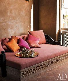 Marokkaanse banken (ook wel Sedari genoemd) worden steeds populairder buiten Marokko. Ze zijn sierlijk, comfortabel en geven een unieke sfeer..