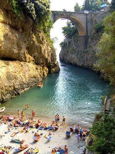 Amalfi Coast , Itália > A Costa Amalfi fica na Província de Salerno, ao sul de Nápoles, é classificada pela UNESCO como Patrimônio Mundial da Humanidade.