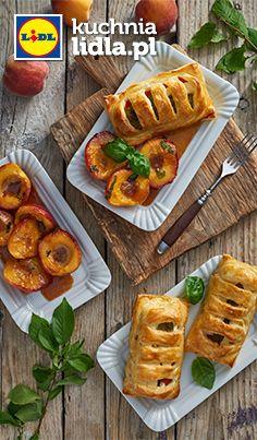 Eskalopki z indyka w cieście francuskim z fetą i pieczoną papryką ze smażonymi brzoskwiniami. Kuchnia Lidla - Lidl Polska. #okrasa #eskalopki