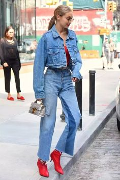 Gigi Hadid rocking a denim on denim look. Moda Denim 1f614a527e07
