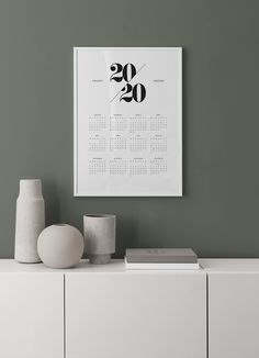 Calendrier mural comme un tableau | Calendrier 2019 | Desenio.fr Floating Nightstand, Letter Board, France, Lettering, Comme, Home Decor, Chalkboard Calendar, Event Posters, Desk