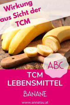 Aus Sicht der TCM ist die Banane ein wundervolles LEBENSmittel. Denn Bananen gelten in der TCM als Qi tonisierend. Außerdem helfen Bananen bei Durchfall und Verstopfung. Zusätzlich leiten Bananen Hitze aus dem Körper. Eat Smart, Ayurveda, Healthy Life, Food And Drink, Health Fitness, Low Carb, Banana, Fruit, Desserts