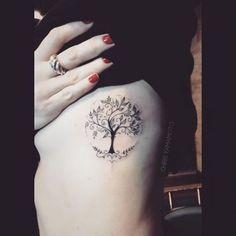 tatuagem de árvore da vida com contorno redondo pontilhado