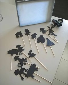 Shadow theater, super easy to do and great fun for storytelling vi Games For Kids, Diy For Kids, Crafts For Kids, Arts And Crafts, Infant Activities, Activities For Kids, Shadow Theatre, Shadow Puppets, Montessori Toddler