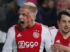 Donny Van de Beek après son but marqué contre Molde en Norvege )Le doublé pour Donny Van de Beek : le joueur de l'Ajax Amsterdam a ouvert le score contre le club norvégien de Molde en même temps qu'il s'ouvrait l'arcade sourcilière contre un défenseur adverse. Son but sacrificiel n'a toutefois pas suffi au club néerlandais, qui quitte la Ligue Europa après un match décevant (1-1).