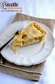 La Apple pie è la famosissima torta di mele americana: uno scrigno di pasta brisée che racchiude un generoso ripieno di mele profumate alla cannella. Una variante della nostra classica torta di mele. Procedimento Preparate la pasta brisée: versate nel robot, munito di lama, la farina, lo zucchero, il sale e il burro freddo tagliato […]