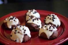 Profiteroles de cacao con relleno de crema pastelera de chocolate blanco y fruta de la pasión