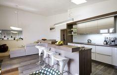 Zajímavým interiérovým prvkem je atypický kuchyňský ostrůvek s integrovaným mycím centrem a odstupňovanou výškou barové desky.