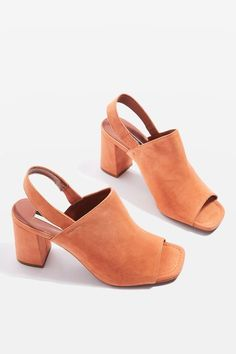 Give your shoes a new lease of life with this pair of orange slingback heels mules in leather. Wear with rolled-hem jeans for an effortless feel.