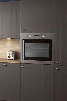 Landelijke Keuken Irvine. Woonkeuken met alle comfort om de meest smakelijke gerechten te bereiden. En alle ruimte om samen bij te kletsen of van de maaltijd te genieten. | landelijke keukens | keuken landelijk | keuken ideeen | keuken inspiratie | kitchen inspiratie | droomkeukens | design kitchen ideas | keukens vlaardingen | #iemms #iemmskeukens | iemms.nl #keuken #keukens Kitchen Cabinets, Kitchen Appliances, Mid Century Modern Kitchen, Modern Kitchen Design, Wall Oven, Showroom, Mid-century Modern, Kitchens, Furniture