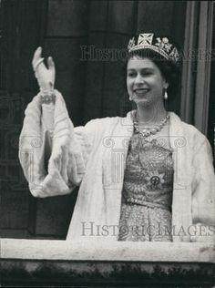 Press Photo Queen Elizabeth II Wearing Royal Robes Crown Waving to Crowd | eBay