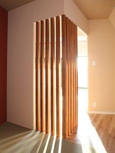 縦格子のパーテーションは集成材で造作(60角)