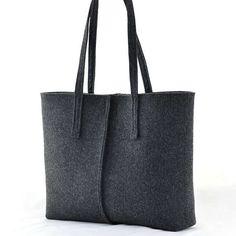 Questa borsa è stata progettata e realizzata da me. È fatto di forte tecnico feltro, spessore 4 mm. La borsa è molto minimalista. La borsa sembra davvero bella :) Sono sicuro che piacera ! Misure: Altezza 31 cm/12 pollici profondità max di 10 cm/4 pollici Larghezza massima 40 cm/16 pollici. La borsa è stata realizzata curando ogni piccolo dettaglio. -chiusura del magnete, -una tasca con zip butterata dentro la borsa, -1 piccola tasca per un telefono cellulare allinterno. Gr...