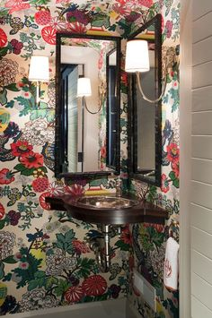 Petite powder room papered in Shumacher's Chiang Mai - Liz Caan. Love, love, love this wallpaper for a powder room! Corner Sink, Schumacher Wallpaper, Bathroom Wallpaper, Statement Wallpaper, Powder Room Design, Schumacher Chiang Mai Dragon, Entertaining House, Powder Room Wallpaper, Bathroom Decor