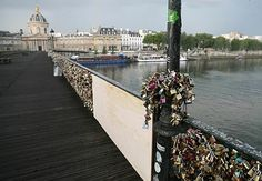 多数の南京錠が掛けられたパリの「ポンデザール(芸術橋)」。壊れた金網部分は木の板に交換された=9日(AFP=時事) ▼10Jun2014時事通信|「愛の錠」橋の金網壊れる=市は対応に苦慮-パリ http://www.jiji.com/jc/zc?k=201406/2014061000055 #Pont_des_Arts