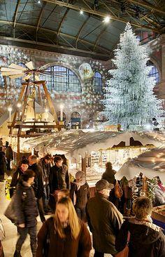 Weihnachtsmarkt im Zürcher Hauptbahnhof. | Christmas market in Zurich's main station.