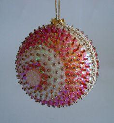 Pingente natalino confeccionado com bola de isopor e alfinetes, decorada com lantejoulas, pedrarias, cristais,fitas e galões.