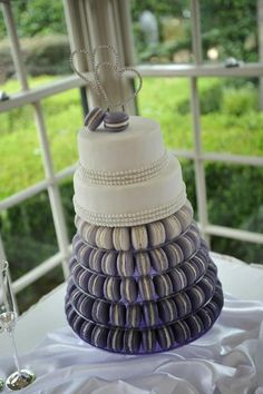 Macarrons on a elegant cake! Perfect!&€@