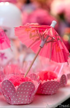 Pink cupcakes with pink umbrellas Chinese Birthday, Japanese Birthday, Chinese Party, Chinese Theme, Asian Party Decorations, Asian Party Themes, Chinese New Year Decorations, Party Ideas, Japanese Theme Parties