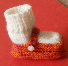Ce modèle de Chausson/chaussette est très élégant pour les  petits petons.   On le commence par la semelle pour former la chaussure et on te...