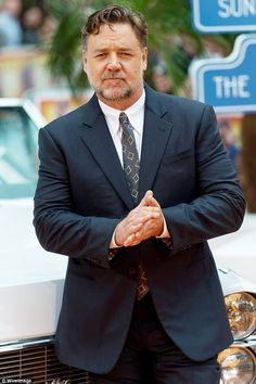 Russell Crowe gushes about Terri Irwin and says he 'loves her' Tall Men Fashion, Teen Boy Fashion, Mens Fashion, Guy Fashion, Winter Fashion, Young And Beautiful, Most Beautiful Man, Gorgeous Guys, Beautiful People