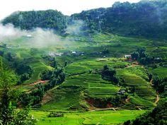 """Bản Lác, Mai Châu tại Tỉnh Hòa Bình  Bản Lác, thuộc Mai Châu Hòa Bình, là nơi sinh sống của người dân tộc Thái trắng với 5 dòng họ Hà, Lò, Vì, Mác, Lộc. Cái tên bản Lác đã được nhiều người biết như một """"điểm sáng"""" trên bản đồ du lịch Mai Châu. http://dulichmaichauvn.blogspot.com/2014/10/diem-sang-trong-ban-do-du-lich-viet-ban-lac-mai-chau.html"""