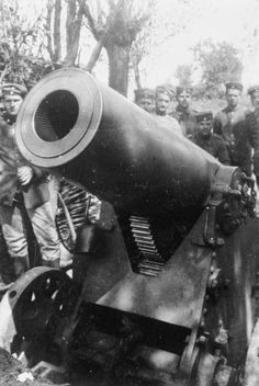 GERMAN ARMY WESTERN FRONT 1916 (Q 52870) A 21.5 cm Mortar and crew in position near Ypres. May (muzzle shot)