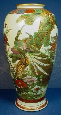 "VINTAGE JAPANESE SATSUMA EARTHENWARE ""PEACOCK"" VASE. Japanese Vase, Japanese Porcelain, Japanese Pottery, Vintage Japanese, Vase Centerpieces, Vases Decor, Art Decor, Clear Glass Vases, Glass Art"