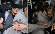 Demi Lovato é cercada por fãs ao desembarcar em São Paulo