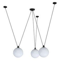 E648 Pendelleuchte Acrobate N°325 / 3 Lampenschirme aus Glas Ø 25 cm, Weiß von DCW éditions finden Sie bei Made In Design, Ihrem Online Shop für Designermöbel, Leuchten und Dekoration.